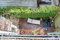Terrasse mit Gartenteich