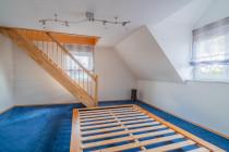 Gästezimmer mit Treppe zum Dachstudio